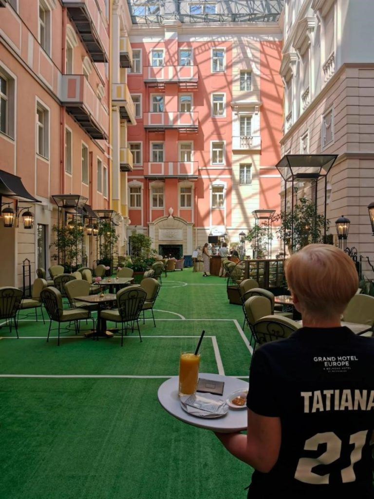 Перехвалить себя сложно, но можно: на ресторан «Мезонин» при Гранд Отеле Европа обрушилась волна негатива