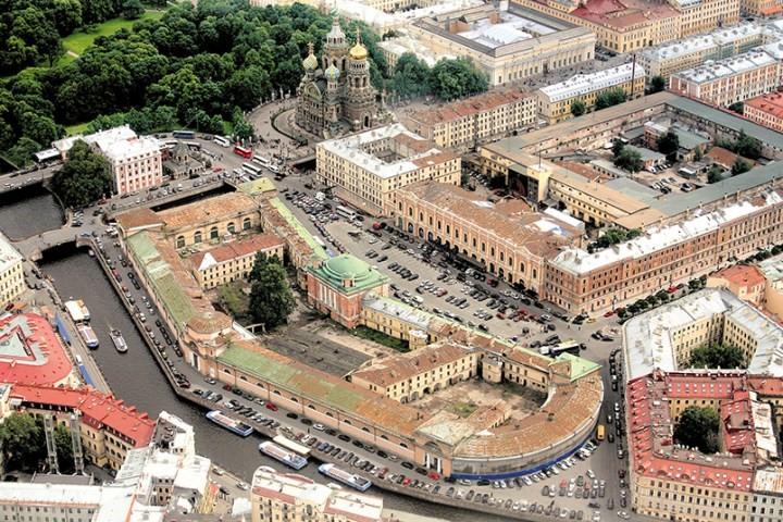Прекрасные и покинутые: дворец Бельведер в Петергофе и Конюшенное ведомство в Петербурге продолжают стоять в запустении